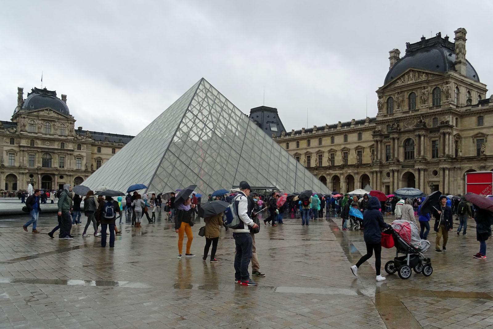 13 Trotz Regen viel Betrieb am Louvre